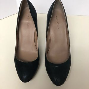 Ann Taylor size 7 black textured pumps